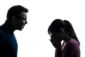 un mari crie sur sa femme qui se cache le visage dans les mains