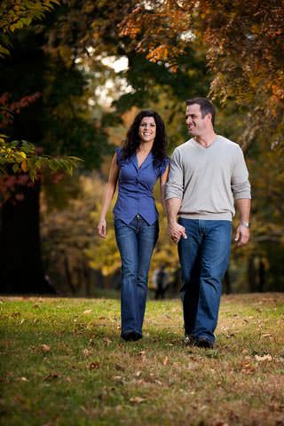 couple heureux qui se promène dans une forêt automnale en se donnant la main