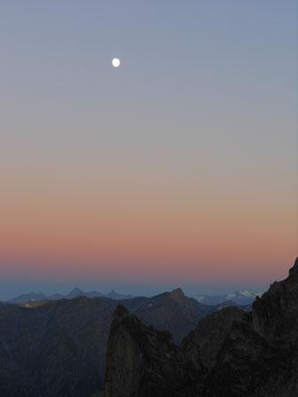 superbe clair de lune sur un paysage montagneux du Valais
